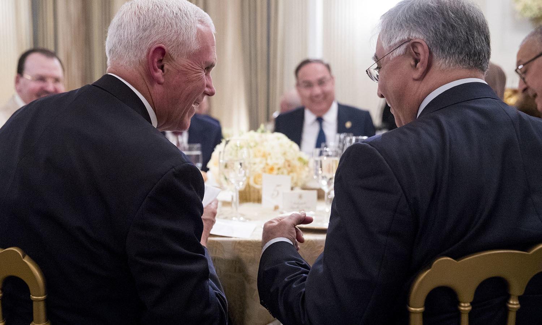 گزشتہ ماہ وائٹ ہاؤس سے جاری اعلامیے میں نرم لہجہ اختیار کیا گیا جس میں امریکی صدر کی جانب سے 'رمضان مبارک' درج تھا اور اعلامیے میں رمضان کے روزے رکھنے پر مسلمانوں کے لیے حوصلہ افزا جملے تھے  — فوٹو: اے ایف پی