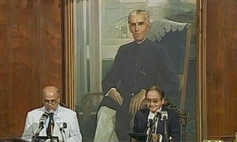 گورنر پنجاب نے نگراں وزیر  اعلیٰ سے ان کے عہدے کا حلف لیا —فوٹو: ڈان نیوز