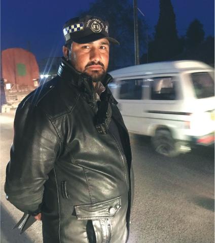 Traffic warden Shoaib Khan on duty in Mardan | Photo by the writer
