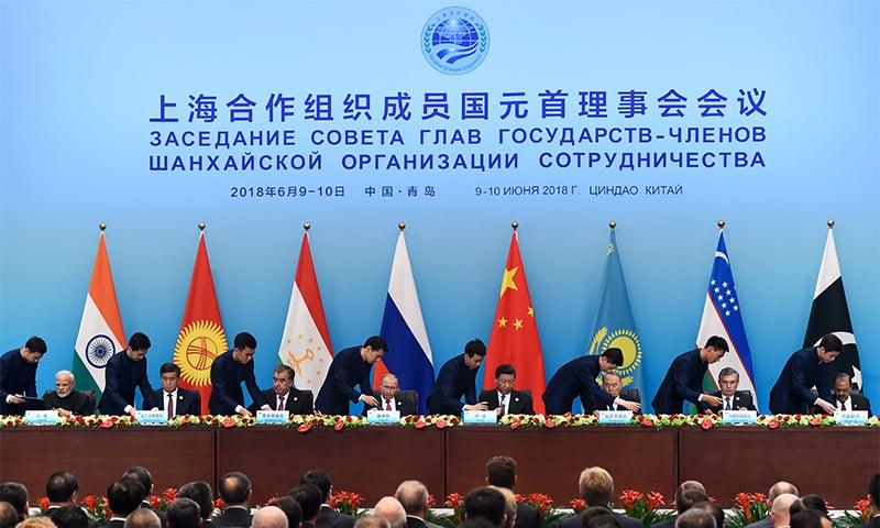 Heads of states members of the Shanghai Cooperation Organisation (SCO) (From L-R) Indian Prime Minister Narendra Modi, Kyrgyzstan President Sooronbai Jeenbekov, Tajikistan President Emomali Rahmon, Russian President Vladimir Putin ,Chinese President Xi Jinping , Kazakhstan President Nursultan Nazarbayev, Uzbekistan President Shavkat Mirziyoyev and President Mamnoon Hussain attend a signing ceremony SCO Summit in Qingdao. ─ AFP