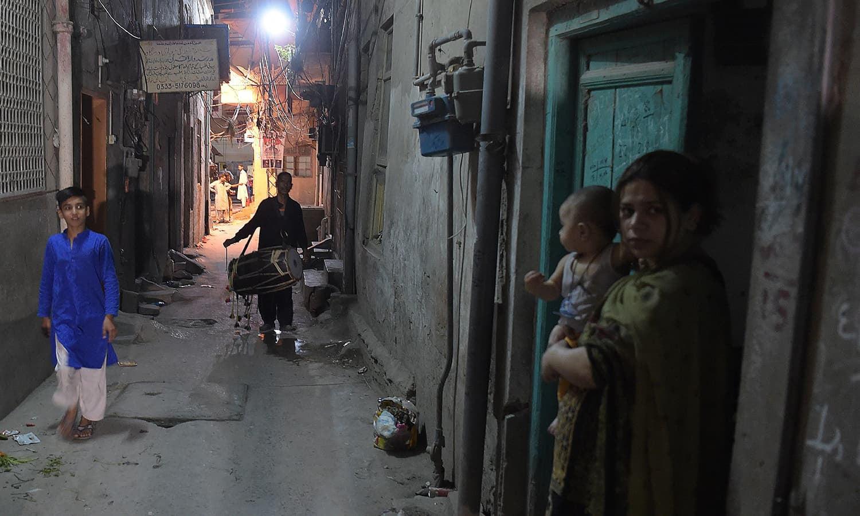 وہ گزشتہ 35 برسوں سے یہ فعل ایک نیکی سمجھ کر کرتا رہا، خالی اور ویران گلیوں میں کئی کلومیٹر وہ اپنے ڈھول کو بجاتے ہوئے لوگوں کی توجہ روزہ رکھنے کی جانب مبذول کرایا کرتا تھا — فوٹو:اے ایف پی