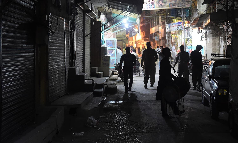 سحری کے وقت جب یہ گلی محلوں سے گزرا کرتے تھے تو خواتین اور بچے خاص طور پر انہیں دیکھنے کے لیے کھڑکیوں اور دروازوں پر کھڑے ہو جاتے تھے — فوٹو: اے ایف پی