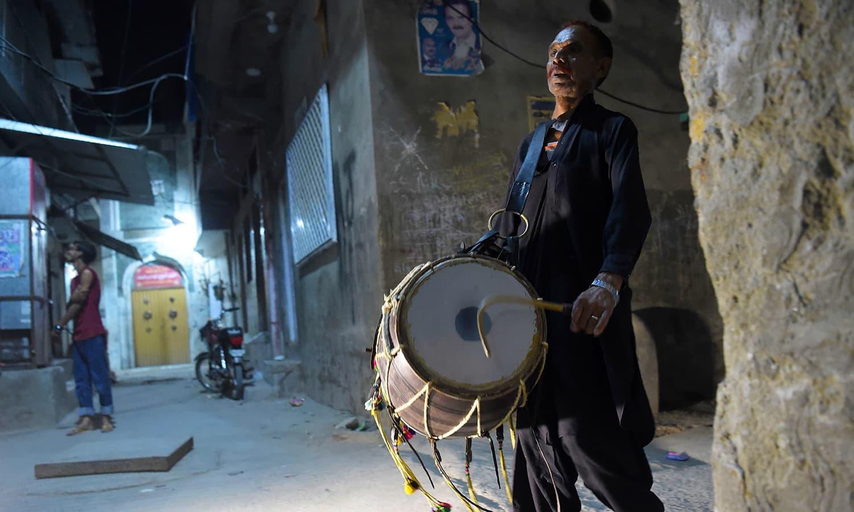 راولپنڈی شہر کے لال حسین کا بھی خیال ہے کہ ہر سال سحری میں ڈھولچی کم ہو رہے ہیں کیونکہ اُن کی پذیرائی کا سلسلہ بھی ختم ہوتا جا رہا ہے — فوٹو:اے ایف پی