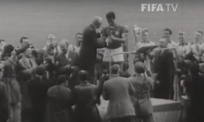 1958 برازیل کے کپتان ٹرافی وصول کر رہے ہیں — فوٹو، اسکرین شاٹ
