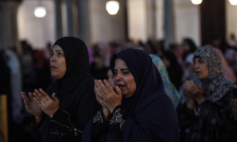 اس موقع پر رقت آمیز مناظر بھی دیکھنے میں آئے، لوگ رو رو کر اپنے رب کو مناتے رہے  —  فوٹو : اے ایف پی
