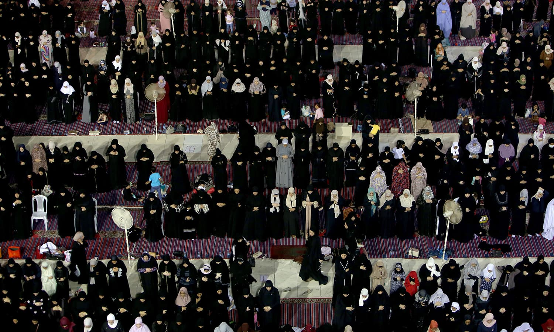 اس بابرکت اور مبارک شب میں عبادت کا ثواب ہزار راتوں سے بہتر ہوتا ہے —  فوٹو : اے ایف پی