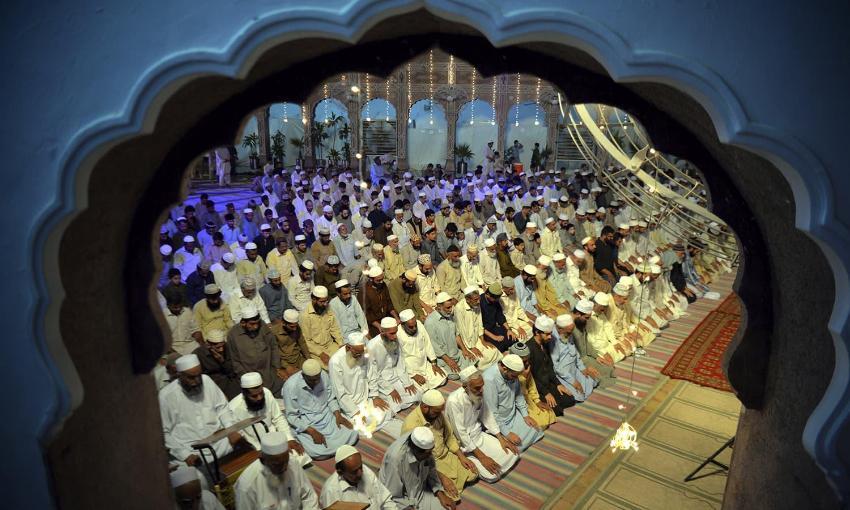 لیلة القدر کے اجتماعات میں دہشتگردی کے خاتمے کے لیے خصوصی دعائیں مانگی گئیں  — فوٹو : اے پی