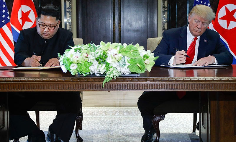امریکی صدر اور شمالی کوریا کے سربراہ نے معاہدے پر دستخط بھی کیے—فوٹو: اے پی