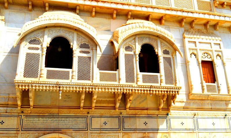 The beautiful marble balconies of Sadh Belo.—All photos by the author