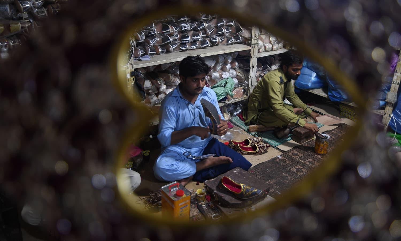 اس کام میں کندھ کوٹ کے کاریگروں نے بھی حصہ ڈالا اور جیکب آبادی جتی، ناگرو، پمپی اور بوٹ کٹ کھسے متعارف کرائے — فوٹو : اے ایف پی