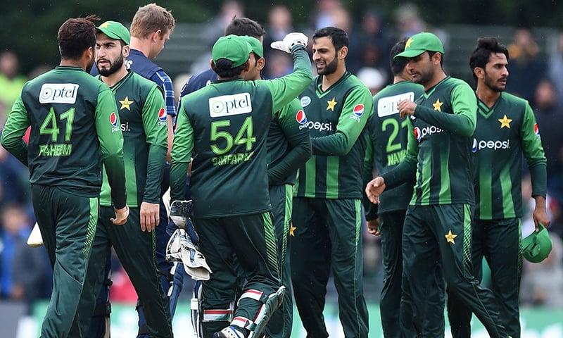 اسکاٹ لینڈ کے خلاف سیریز میں کلین سوئپ کے بعد پاکستان کھلاڑی ایک دوسرے کو مبارکباد دے رہے ہیں— فوٹو: اے ایف پی