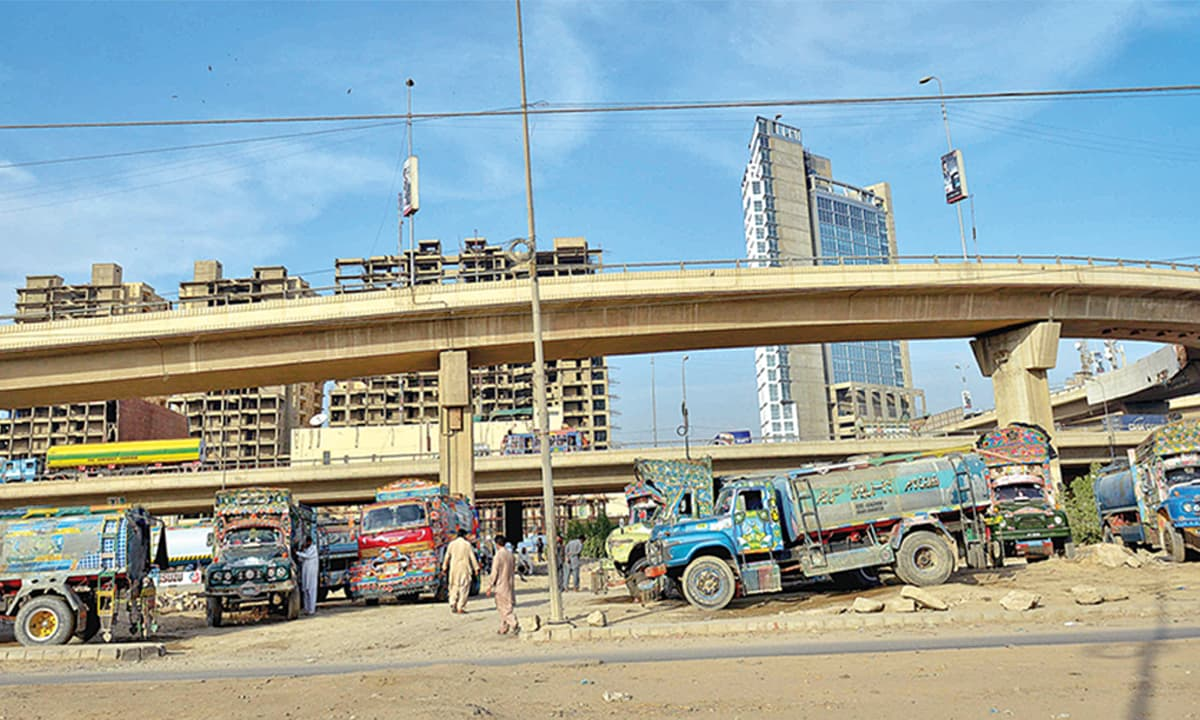 Water tankers parked under the Qayyumabad flyover in Karachi | Fahim Siddiqui, White Star