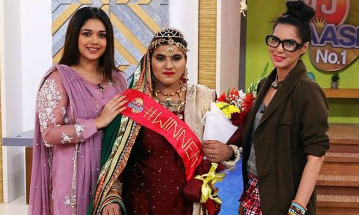Sanam Jung with the winner of her morning show competition Maasi No 1 | Courtesy Facebook