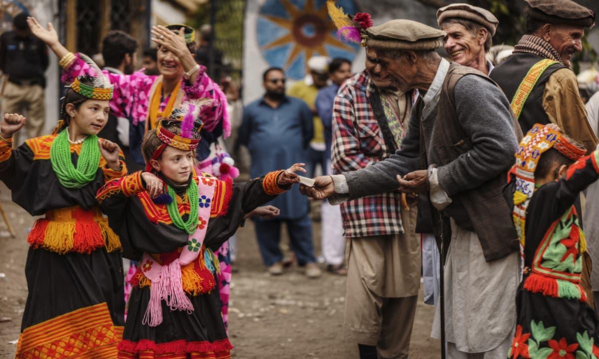 Children receive money from their elders