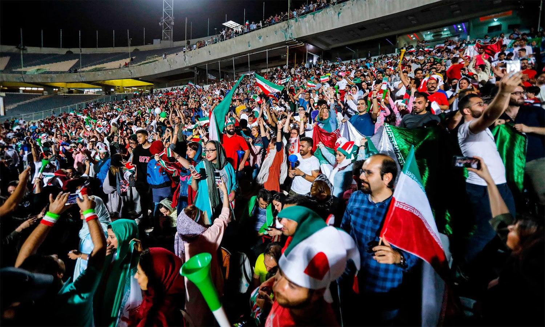 تہران کے آزادی اسٹیڈیم میں فٹبال کی مداح خواتین کو 37 سال بعد پہلی بار کسی میچ کو دیکھنے کے لیے داخلے کی اجازت ملی— اے ایف پی فوٹو