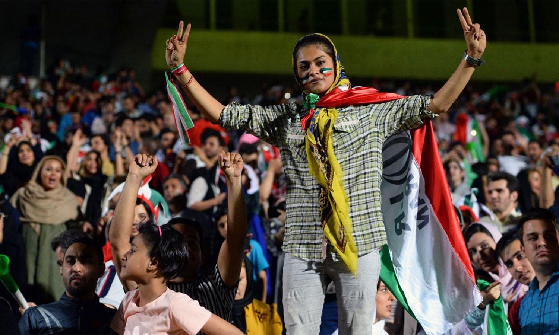 ایک ایرانی خاتون کا میچ دیکھتے ہوئے پرجوش انداز — اے ایف پی فوٹو