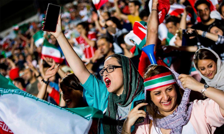 1979 کے بعد پہلی بار ایرانی خواتین کو اسٹیڈیم میں داخلے کی اجازت ملی— اے ایف پی فوٹو