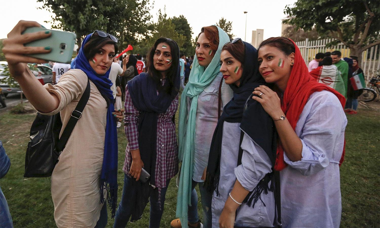 میچ دیکھنے کے لیے خواتین کئی گھنٹے پہلے ہی اسٹیڈیم کے باہر پہنچ گئی تھیں — اے ایف پی فوٹو