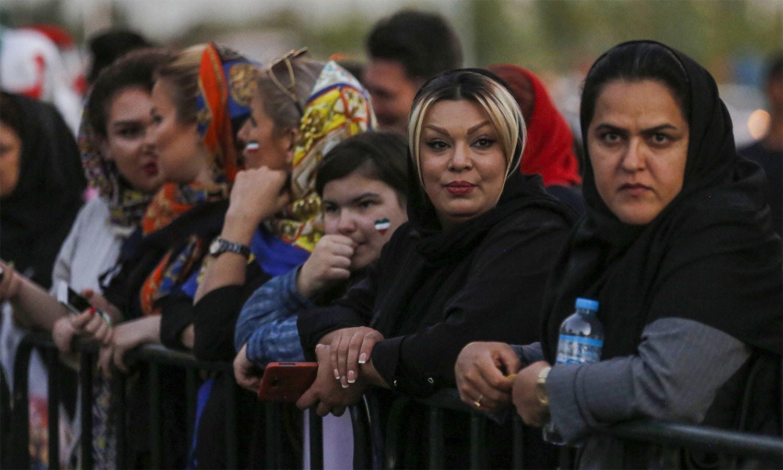 اسٹیڈیم کا دروازہ کھلنے کی منتظر خواتین مداح — اے ایف پی فوٹو