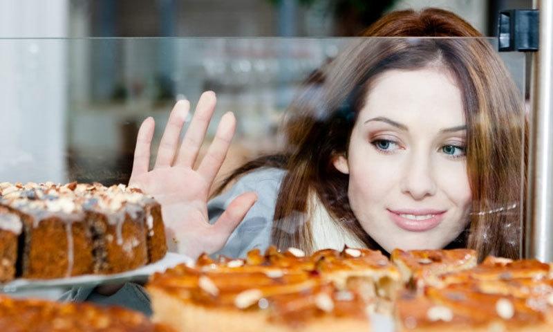 کوکنگ آئل اور گھی میں شامل ہونے کی وجہ سے چکنائی ہر طرح کے کھانوں اور ٖغذاؤں میں نظر آتی ہے—فوٹو: فوڈ پالیسی