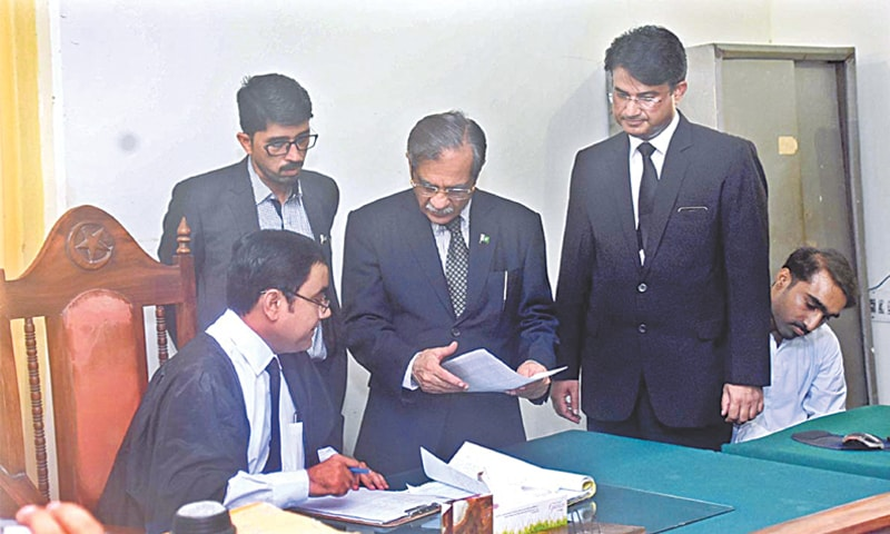 LARKANA: Chief Justice of Pakistan Justice Mian Saqib Nisar pictured during his visit to the district and sessions court.—APP