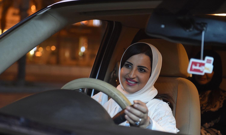خواتین نے سڑکوں پر گاڑیاں چلا کر جشن منایا—فوٹو: اے ایف پی