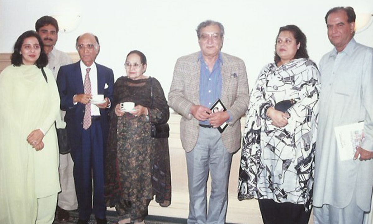 Mushtaq Ahmad Yusufi, his wife and Ahmed Faraz pose with guests at the mushaira in Karachi | Courtesy Ali Raj