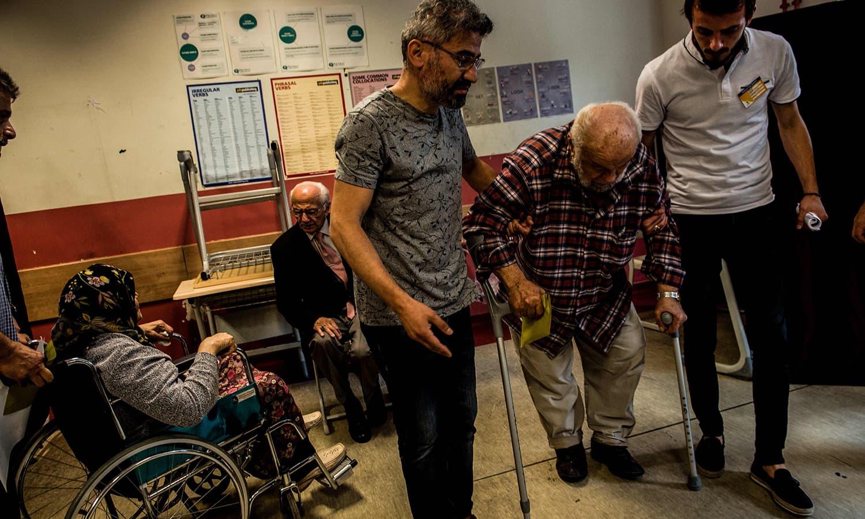 استنبول میں شہریوں نے ووٹ ڈالے—فوٹو: اے ایف پی