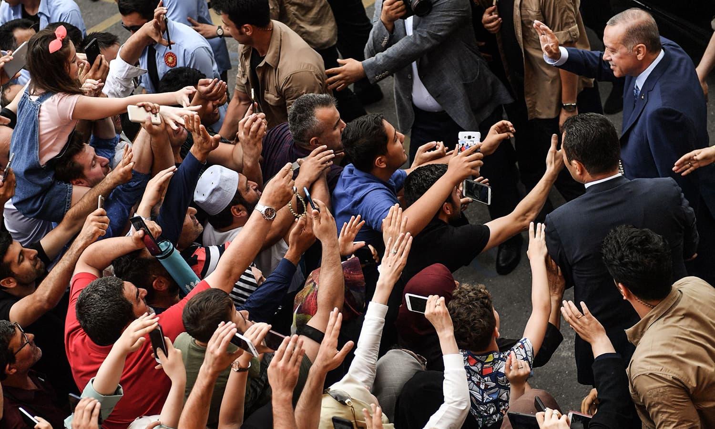استبول میں پولنگ اسٹیشن کے باہر صدر اردوان کے حامیوں کی بڑی تعداد موجود تھی—فوٹو: اے ایف پی