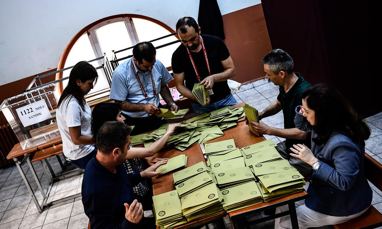 پولنگ عملے نے ووٹنگ کا وقت ختم ہوتے ہی گنتی کا عمل شروع کردیا—فوٹو: اے ایف پی