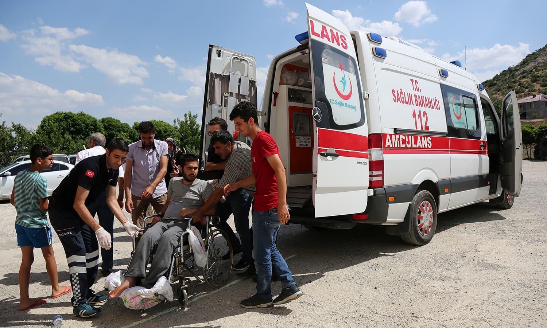 ووٹ کاسٹ کرنے کے لیے کئی مریض بھی پولنگ اسٹیشن پہنچ گئے—فوٹو: رائٹرز
