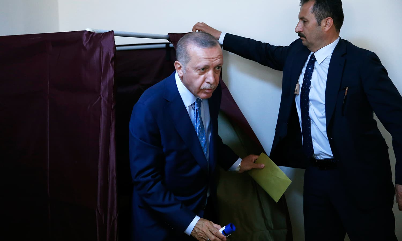 طیب اردوگان نے استنبول میں اپنا ووٹ کاسٹ کیا—فوٹو: اے پی