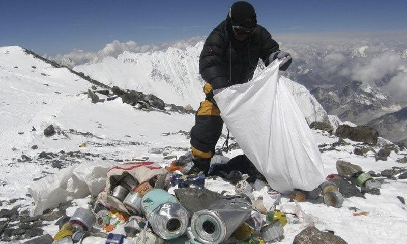 ماؤنٹ ایورسٹ کی چوٹی پر بھی کچرا موجود ہے، جسے کچھ مہم جو صاف کرنے کی کوشش کرتے ہیں—فوٹو: بی بی سی