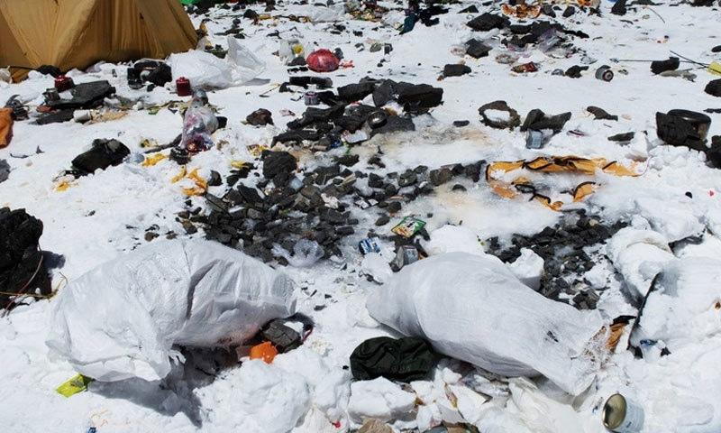 اقوام متحدہ کی 2016 کی رپورٹ کے مطابق ماؤنٹ ایورسٹ کے قریب 14 لاکھ کلو کچرا جمع ہے—فوٹو: اے ایف پی