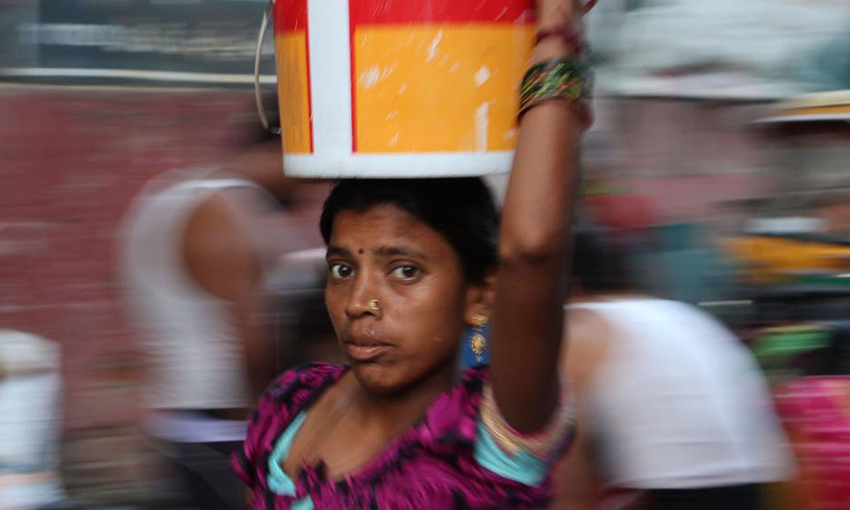 A woman carries away water from a municipal tap in Sanjay Camp in Delhi's Chanakyapuri |  Aabid Shafi