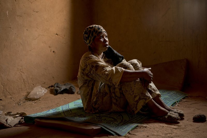 Janet Kamara, from Liberia, sits during an interview in Arlit, Niger. ─ AP