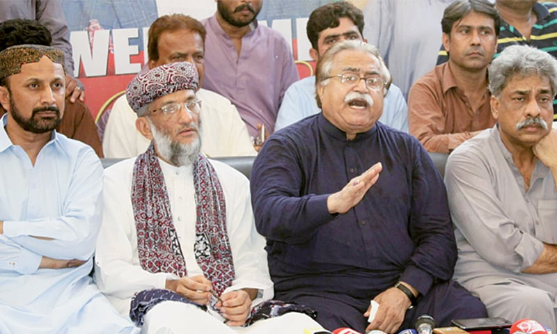 PPP leader Moula Bux Chandio along with JUP-N chief Sahibzada Abul Khair Zubair and others addresses a press conference on Sunday.—Dawn