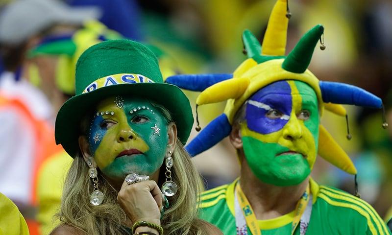 برازیل کے شائقین میچ میں شکست پر مایوس نظر آ رہے ہیں— فوٹو: اے پی