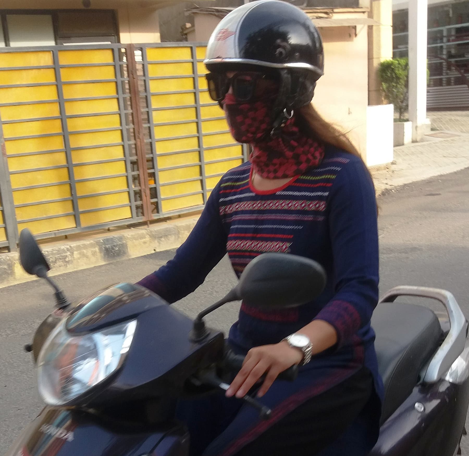 موٹر سائیکل چلا رہی ایک نیپالی خاتون—تصویر شبینہ فراز
