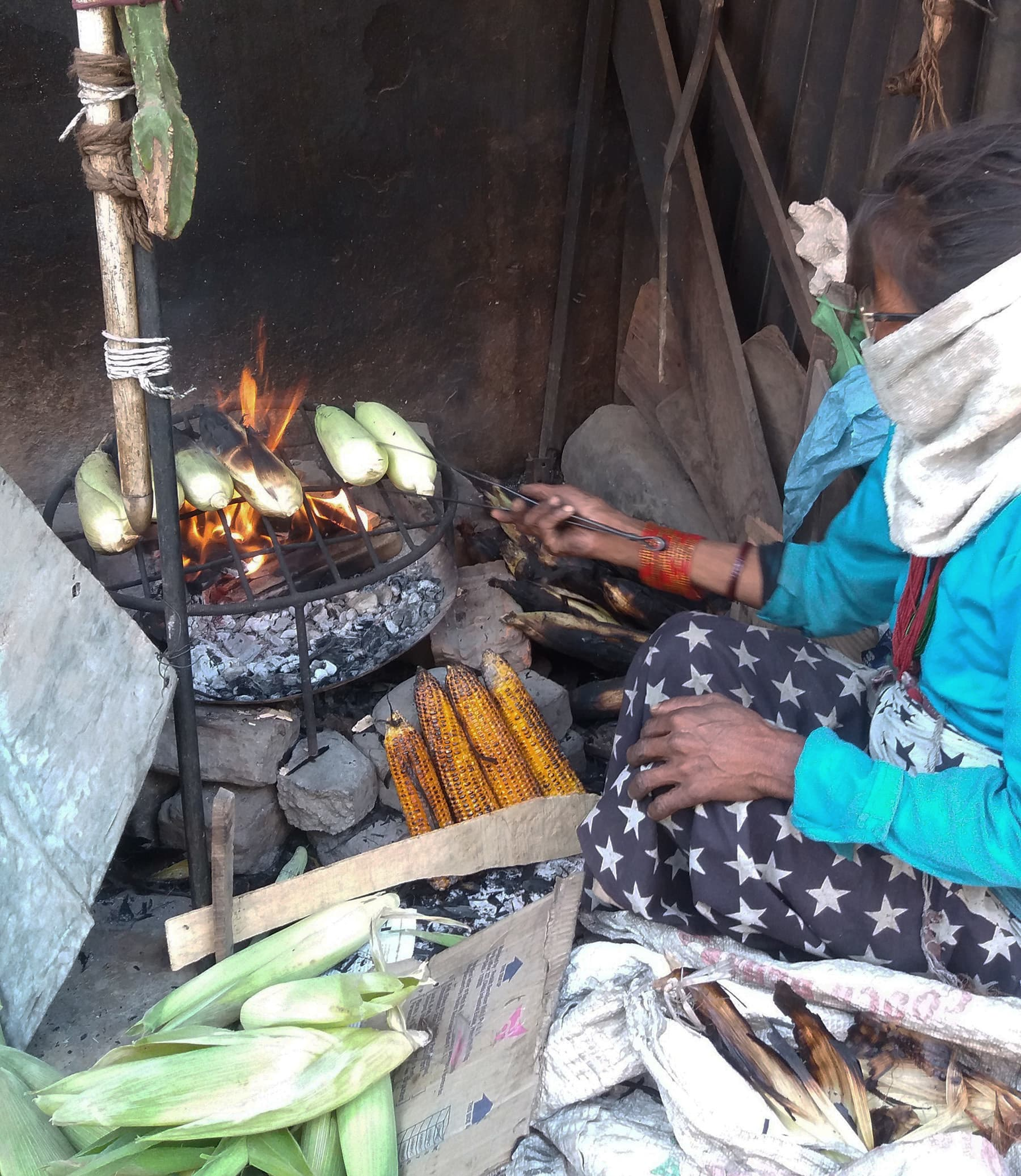 بھٹہ بیچ رہی ایک نیپالی خاتون—تصویر شبینہ فراز