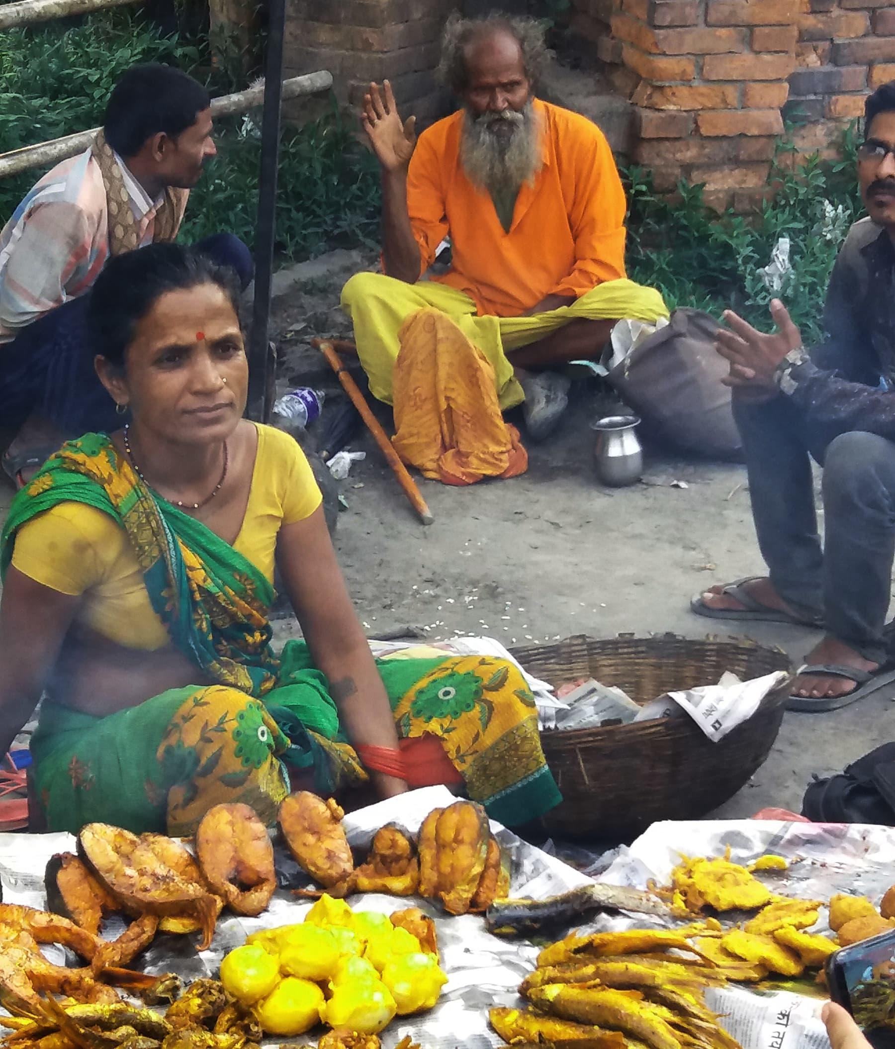 پکوڑے، تلی ہوئی مچھلی اور ابلے ہوئے انڈے فروخت کر رہی ایک نیپالی خاتون—تصویر شبینہ فراز