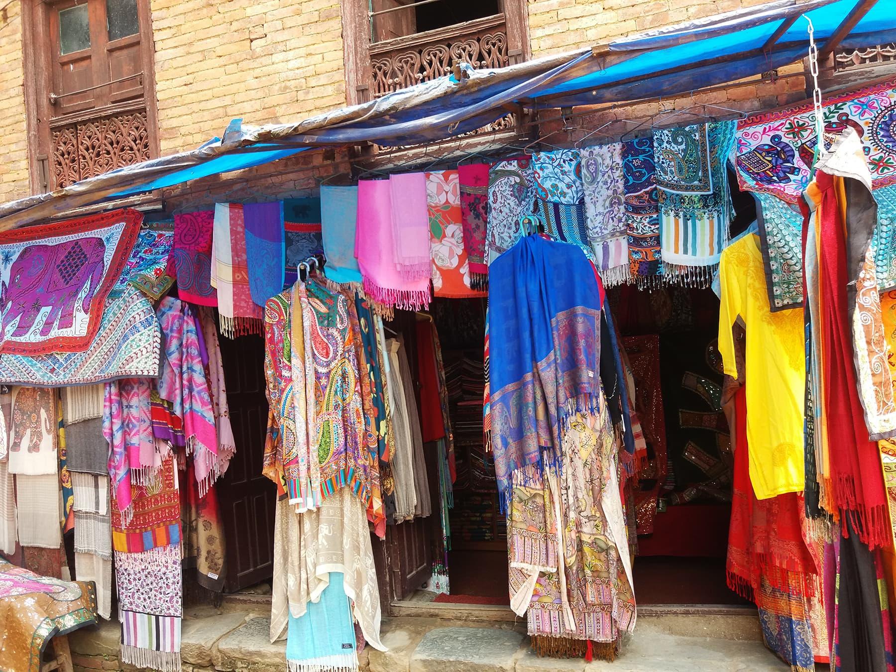 نیپال کی خصوصی سوغات یہاں کی شالیں ہیں—تصویر شبینہ فراز