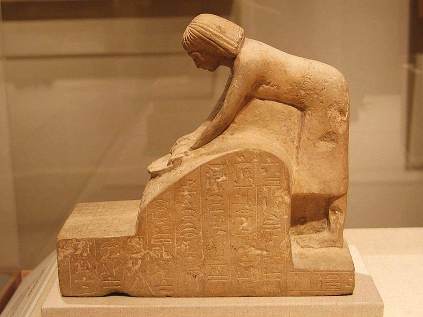 قدیم مصر سے ملنے والا مجسمہ جس میں ابتدائی ہتھ چکی کا نمونہ دیکھا جاسکتا ہے۔