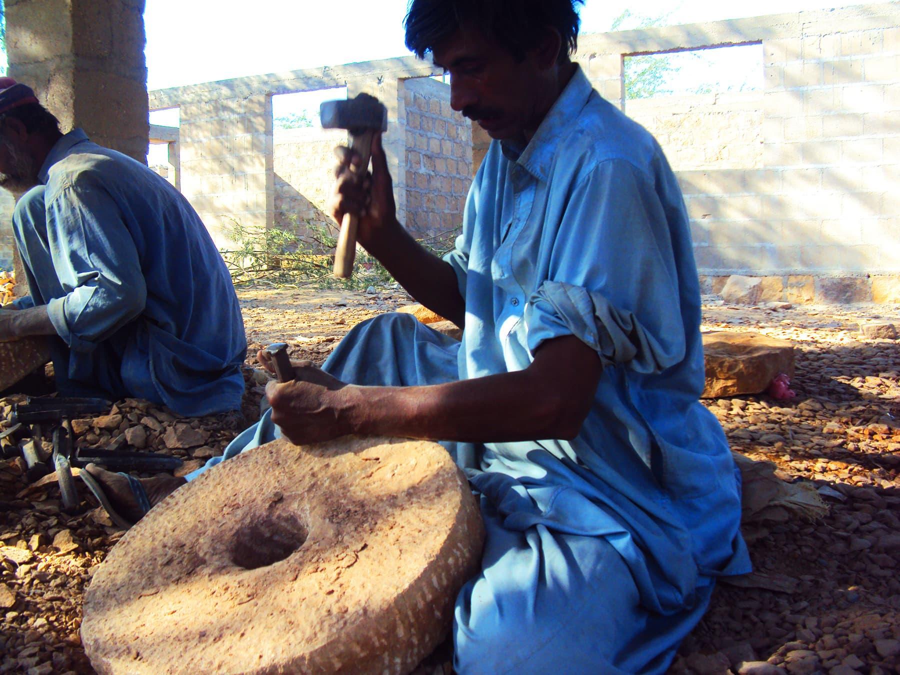 پھیپھڑوں کو خوراک کی صورت میں پروٹین ملنا چاہیے جو نہیں مل رہا بلکہ پھیپھڑوں کو نتھنوں کے ذریعے پتھر سے اُٹھتی ہوئی دھُول مل رہی ہے—تصویر ابوبکر شیخ