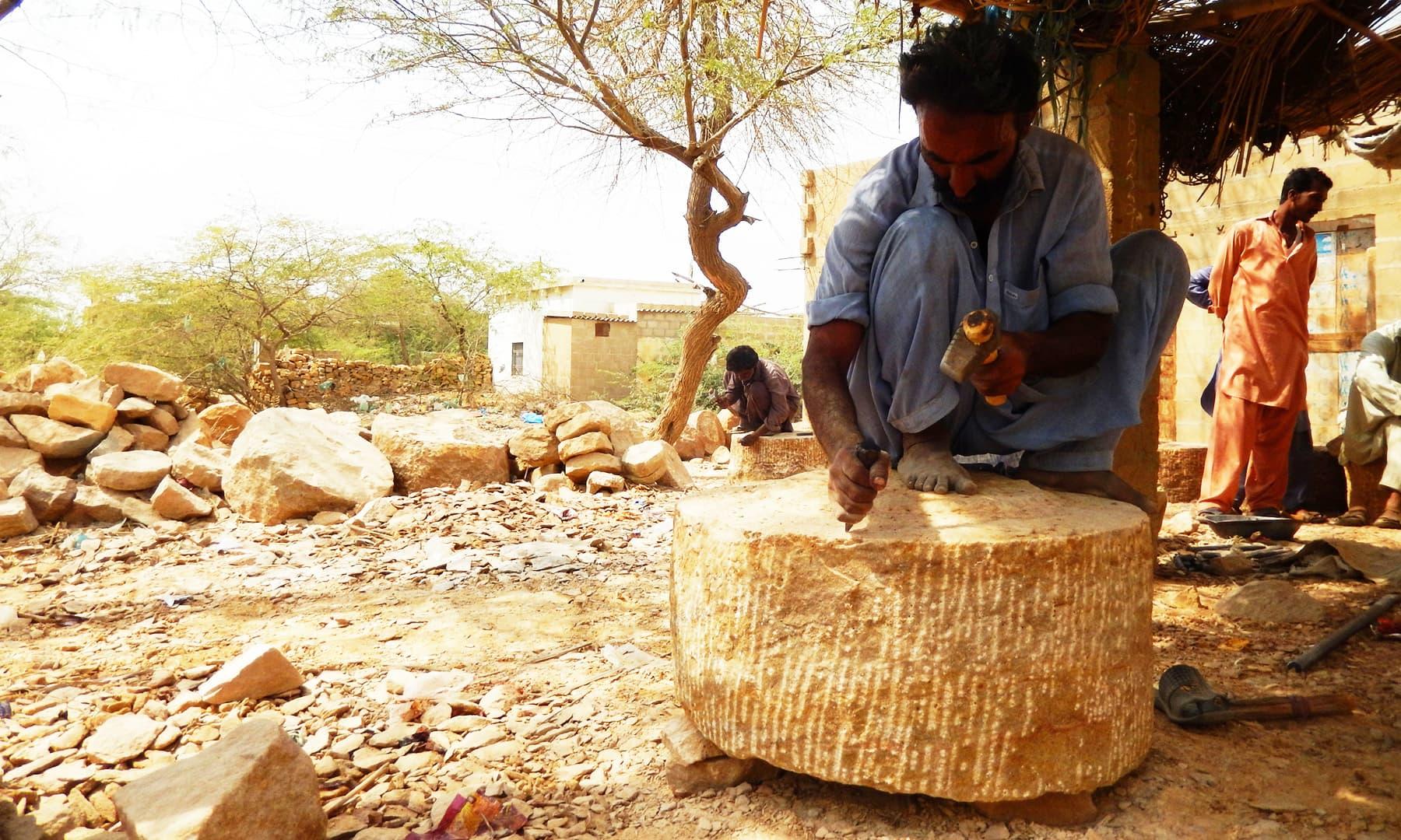 چکی تراشنے والا ایک سنگ تراش—تصویر ابوبکر شیخ