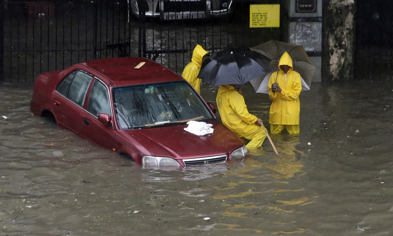 ممبئی میں طوفانی بارشوں سے نظام زندگی مفلوج ہوگیا — فوٹو: اے پی