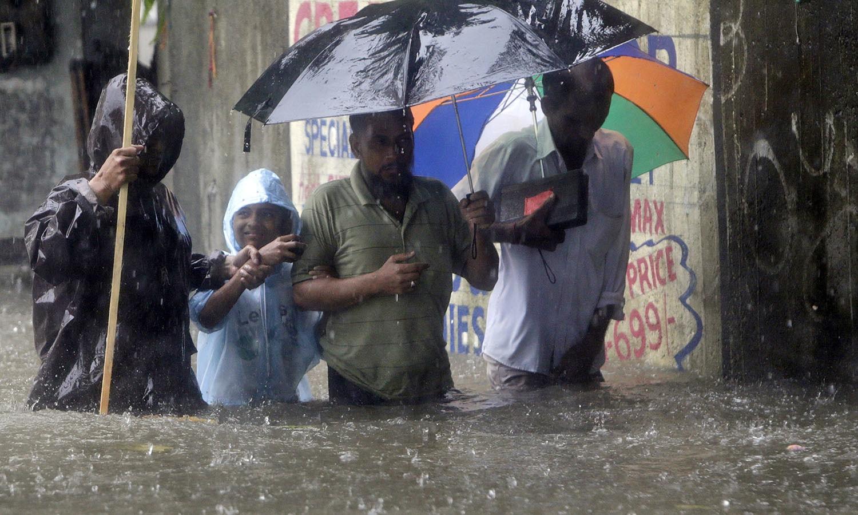 شہر کے ہزاروں اسکول اور دفاتر بند ہیں جبکہ اہم شاہراہیں بھی تالاب کا منظر پیش کررہی ہیں — فوٹو: اے