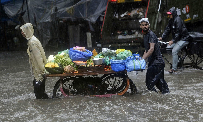 نشیبی علاقوں میں پانی گھروں میں داخل ہوگیا جبکہ شدید بارش سے ایک رہائشی عمارت کا کچھ حصہ بھی گر گیا  — فوٹو: اے
