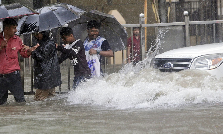 ممبئی کے علاقے کرلا میں ہر سال بارش کا پانی جمع ہونے سے  آمد و رفت میں دشواریوں کا سامنا کرنا پڑتا ہے — فوٹو: اے پی
