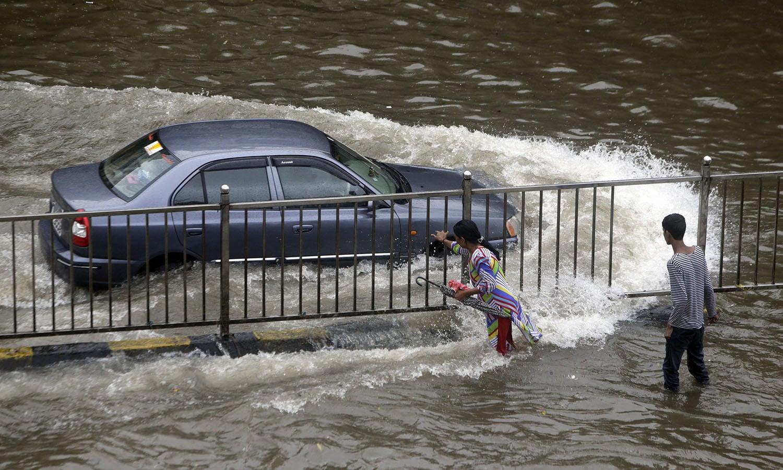 محکمہ موسمیات کے حکام کے مطابق ممبئی میں 231 ملی میٹر سے زائد بارش ریکارڈ کی جاچکی ہے جبکہ شہر میں مزید بارش توقع ہے  — فوٹو: اے پی